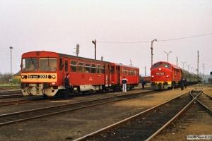 MÁV Bz mot 202+Bzx 50 55 24-28 634-6 som Tog 9557 og M61 015 med Ex 957. Tapolca 14.04.1991.