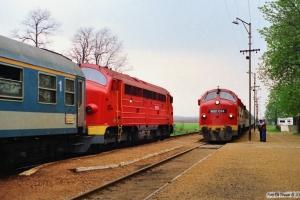 MÀV M61 010 med Ex 955 og M61 014 med Tog 9714. Polgárdi 15.04.1991.