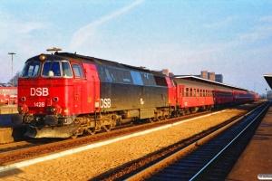 DSB MZ 1428 med IC 135 Kh-Es. Odense 12.11.1989.