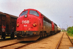 DSB MY 1108+MZ 1424+sukkervogne på risten ved Carlsberg. Odense 04.10.1988.
