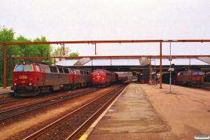 DSB MZ 1411+MZ 1409 med Re 3164 Ab-Ngf, MY 1124 rangerer med G 7452 Vj-Fa og MZ 1444+MY 1122 - maskiner til G 9152 (Es)-Fa-Gb. Fredericia 06.05.1994.
