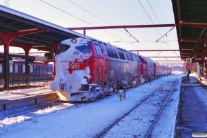 DSB MZ 1415+MY 1122+MR/D 73+MR/D 28 som Materieltog Ås-Od. Odense 20.02.1996.