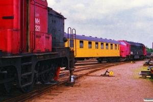 Afsporet DSB MH 321 og MX 1036 med hjælpetog. Odense 10.06.1988.