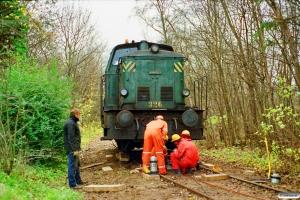 DSB MH 326 sporsættes. Fruens Bøge 21.11.1990.