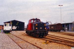 DSB MT 166 rangerer ved Kommunekemi. Til venstre holder KK Traktor 124 og 125. Nyborg 07.10.1996.