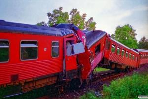 DSB MR 4066 til venstre og MRD 4268 til højre. RV 3756 Hr-Fa (4268+4068) og RV 3741 Fa-Hr (4066+4266) kørte frontalt sammen. Jelling 01.08.1995.