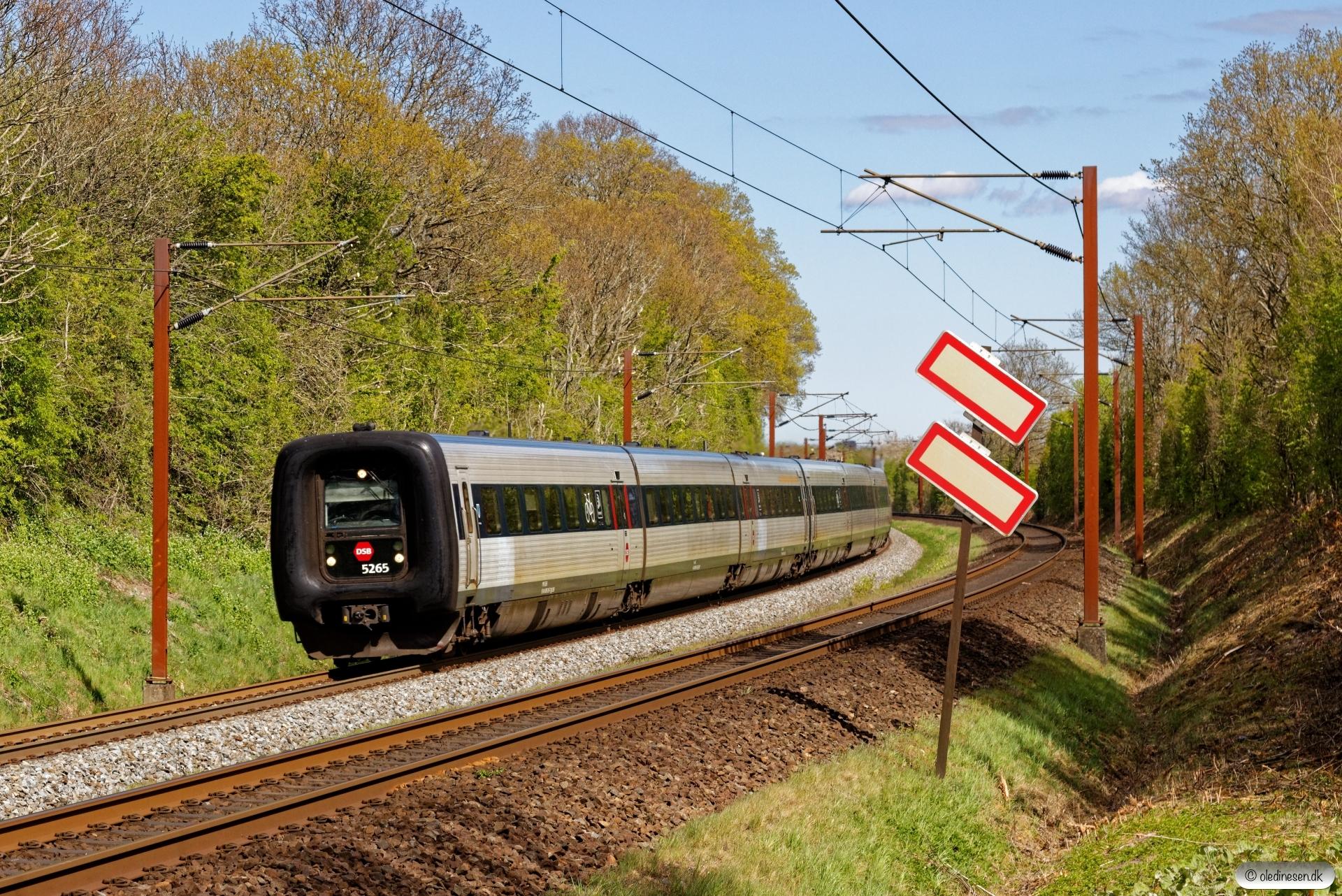 DSB MF 65+MF 19 som IC 54149 Cph-Ar. Km 165,6 Kh (Odense-Holmstrup) 25.04.2020.
