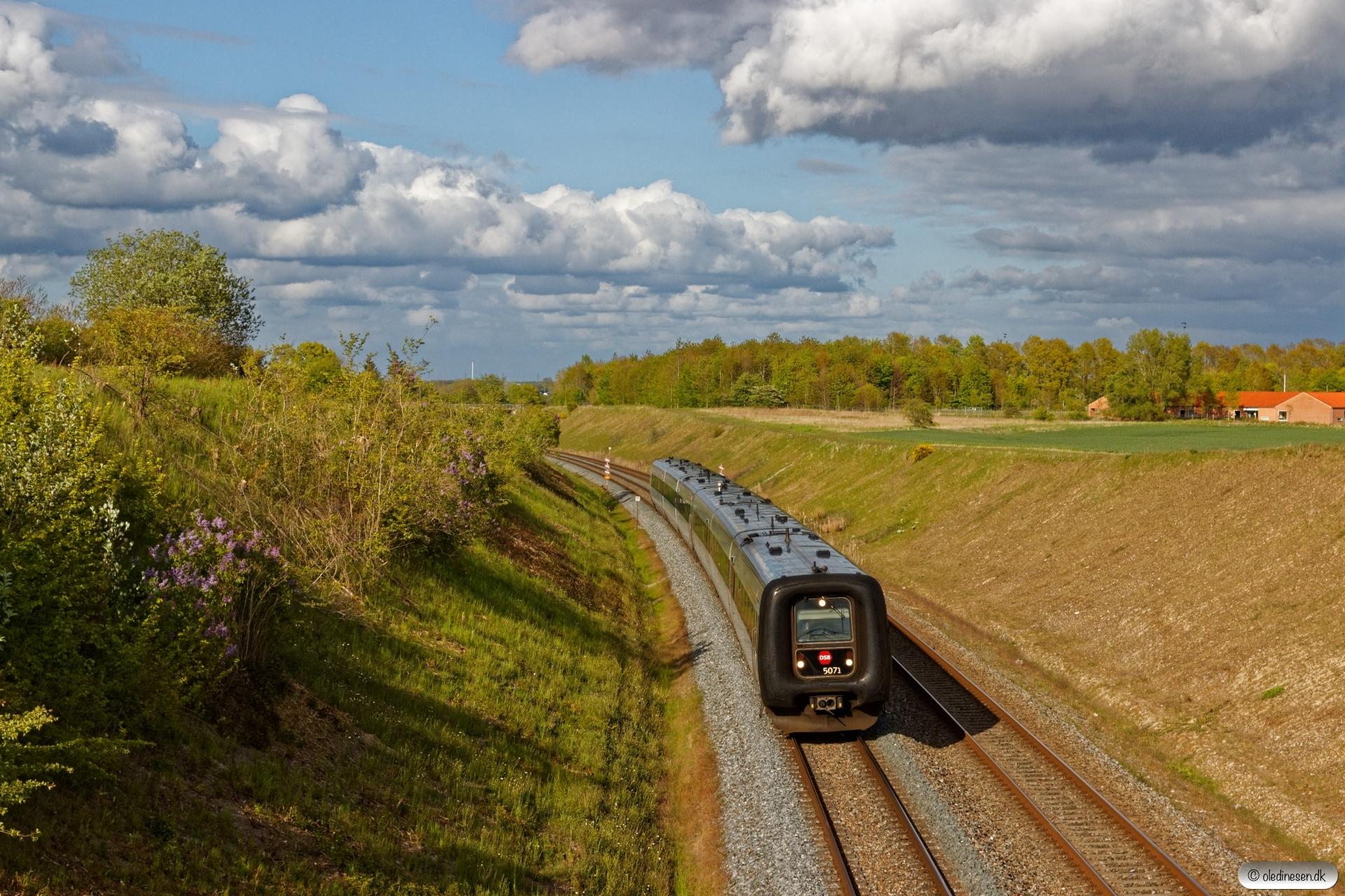 DSB MF 71+MF 14 som RØ 2567 Kh-Hk. Km 42,2 Kh (Lejre-Hvalsø) 15.05.2020.