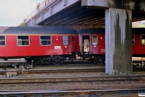 DSB A 007 og B 082 (IC 129 afsporet). Nyborg 31.03.1989.