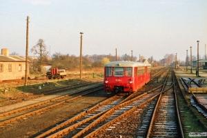 DR 172 118-2+172 718-9 som Tog 18355. Kyritz 29.03.1991.