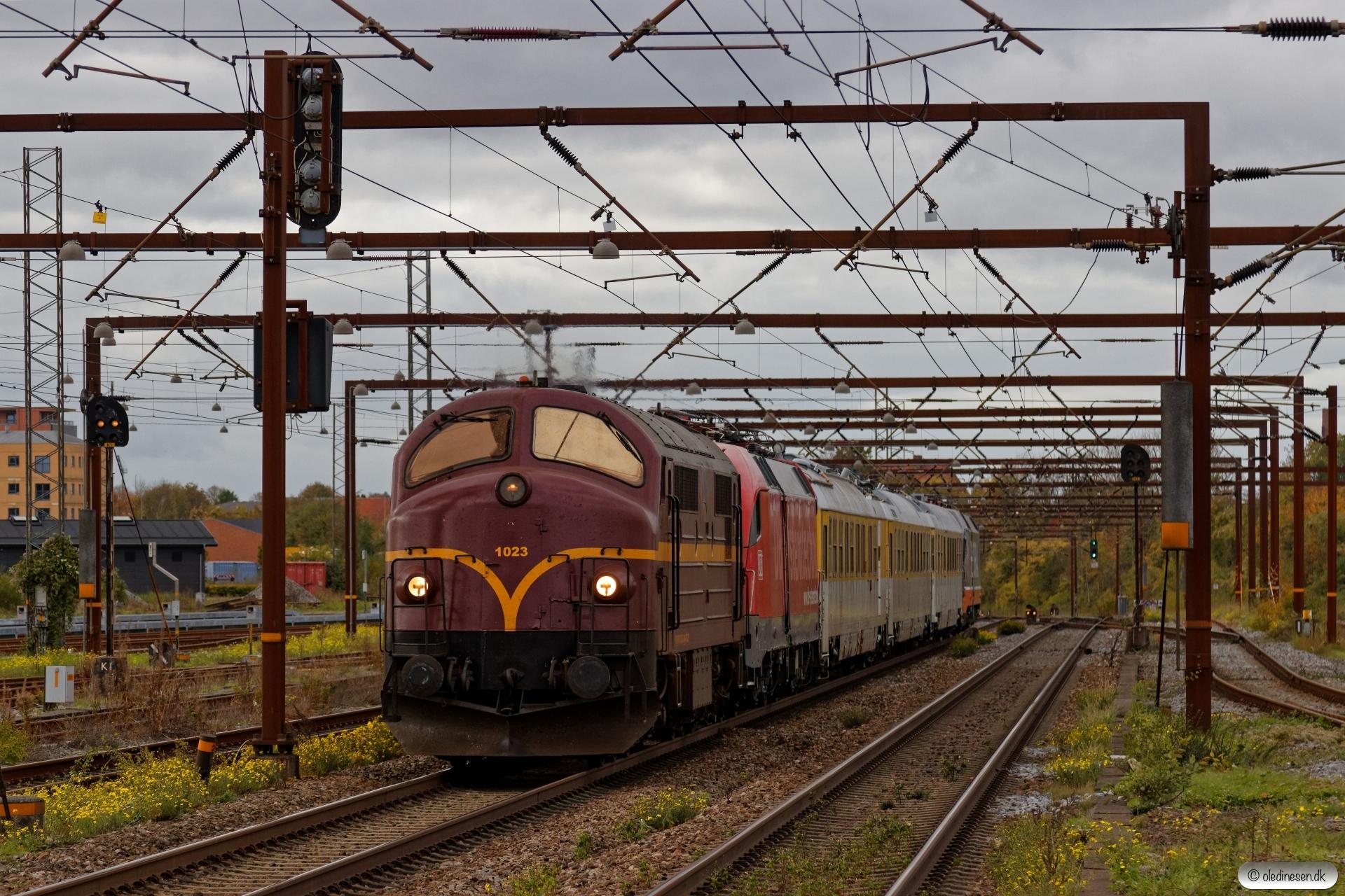 CFLCD MX 1023+DB 182 506+3 målevogne+HCTOR 242.502 som CB 6070 Pa-Rg. Odense 19.10.2018.