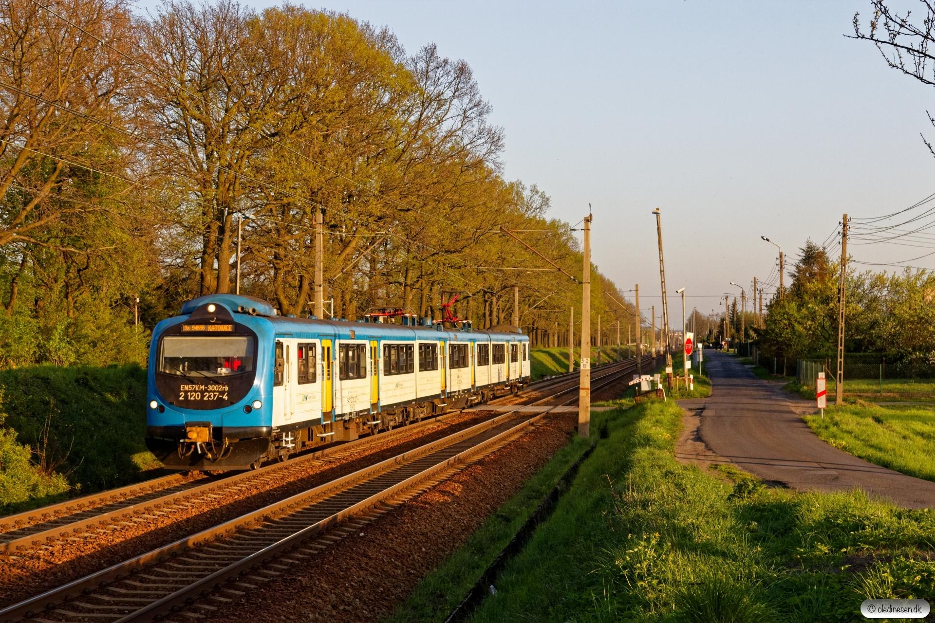 KSL EN57KM-3002 som OsP 94168. Piasek - Kobiór 25.04.2019 kl. 18.54.