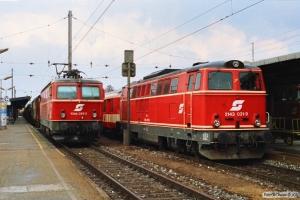 ÖBB 1044 059-2 med godstog og 2143 031-9 med E 755. Wiener Neustadt 13.04.1991.