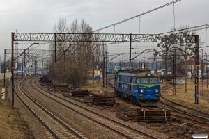 PKPC SM42-1228 skubber ET22-1055 ud fra depotet. Bydgoszcz Bielawy 04.04.2018.