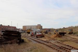 Spor 37 - og sporskiftet til spor 38 - er fjernet, og der graves ud til nyt spor. Odense 09.04.2015.