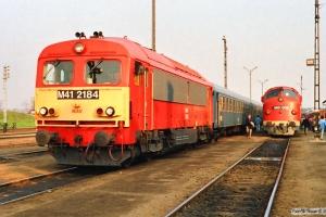 MÁV M41 2184 med Tog 887 og M61 002 med Tog 9725. Tapolca 14.04.1991.