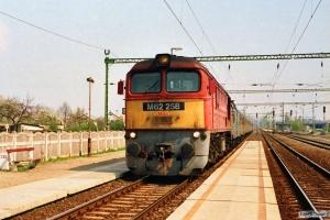 MÁV M62 258 med persontog. Tárnok 14.04.1991.