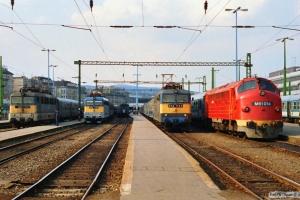 MÁV V43 1187 med Tog 4016. V43 1155 med materieltog. V43 1149 med Tog 868 og M61 014 med Ex 956. Budapest-Déli 14.04.1991.
