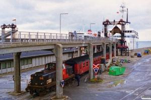 DSB MT 161 skubber EC 187 ombord på Deutschland. Rødby Færge 25.04.1997.