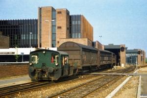 DSB Køf 275 rangerer ved postterminalen. Odense 09.05.1987.