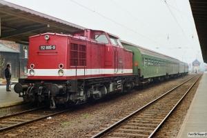 DR 112 885-9 med Tog 7374. Schwerin 27.10.1990.