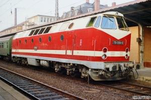 DR 119 096-6 med Tog 15343. Schwerin 16.10.1990.