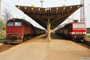 DR 120 321-5 og 243 307-6 med Tog 6363. Bad Kleinen 27.10.1990.