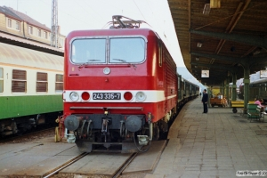 DR 243 335-7. Schwerin Hbf 16.10.1990.