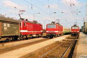 DR 243 808-3 med godstog, 243 585-7 med D 1733 og 243 106-2 med Tog 5326. Wittenberge 29.03.1991.