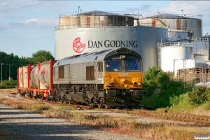 RN 266 453-0 rangerer med cementvogne. Fredericia 15.06.2010.