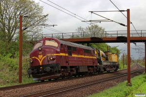 CFLCD MX 1023 er netop kørt til Sugeren (83 94 9812 029-5) i sporspærringen Hp-Tp. Km 174,1 Kh (Holmstrup-Tommerup) 13.05.2015.