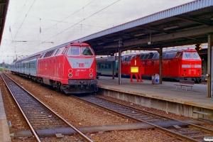 DB 219 104-7 med RB 36347 og 219 070-0 med RB 36592. Magdeburg Hbf 11.08.2000.