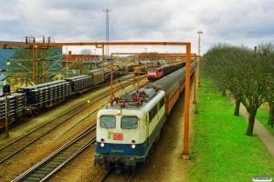 DB 140 714-7+20 personvogne (til Iran) som TKC 48385. I baggrunden ses DB 155 018-5 med særgodstog. Padborg 19.03.1998.