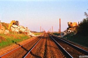 Resterne af Grevenlundsvej broen. Km 23,2 Ng (Marslev-Odense) 01.04.1990.