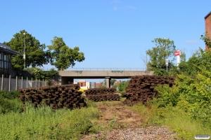 Endnu en rest af havnebanen i Odense er væk, her mellem Åløkke Alle og broen der førte Næsbyvej over havnebanen 20.06.2015.