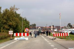 Folk valfarter til indvielsen af den nye station. Langeskov 04.10.2015.