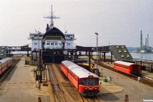 HHJ Ym 35+Ys 48 kører i land fra Prins Joachim. Til højre holder Ys 46. Nyborg Færge 22.04.1995.