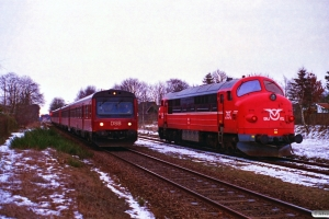OHJ MX 104 solo som M 6100 Vem-Sg krydser DSB MR/D 49+MR/D 45 som RV 3909 Hr-Str. Skibbild 05.02.1996.