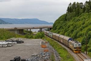 CN El16.2208 med Gt 5710 (Trondheim S-Alnabru). Langset - Minnesund 22.06.2018.
