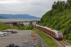 NSB BMa 74132+BMa 74137 som Pt 320 (Lillehammer-Drammen). Langset - Minnesund 22.06.2018.