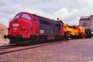 DSB MX 1038+Kørekran 146 og afsporet MH 341 på havnen. Odense 21.07.1988.