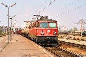 ÔBB 1042 681-5 med godstog. Wien Nord 13.04.1991.