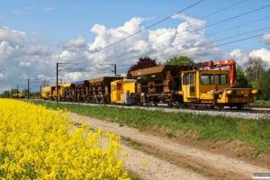RSEJ Trolje 68+Fccs+SRDK 98860000152-9+3 Fccs+JT Arbejdskøretøj. I baggrunden holder SRM 303003+11 Fccs. Km 142,8 Kh (Ullerslev-Langeskov) 14.05.2016.