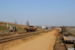 Der er gravet ud til nyt spor 37. Til højre det snart forhenværende spor 38. Odense 10.04.2015.