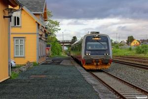 NSB BS 9259+BM 9209 som Pt 450 (Steinkjer-Trondheim S). Ranheim 10.06.2015.