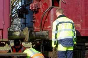 Der monteres gennemgående bremseledning på DSB MO 1848. Høng 08.03.2014.