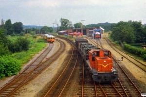 VNJ DL 14 med godstog fra Oksbøl. I baggrunden holder MB 51+MB 54 og Ys 81+Ym 71. Varde 23.07.1987.